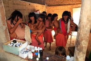 Araweté women and children suffering from flu.
