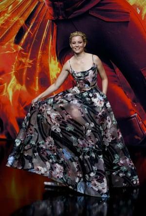 Elizabeth Banks gives a twirl of her dress