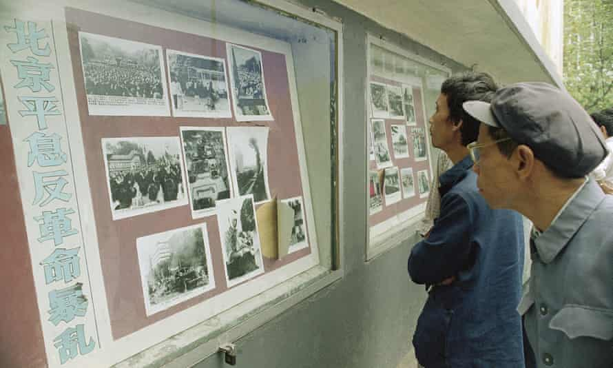 Local people crowd around an official photo display in Chengdu, 30 October 1989.