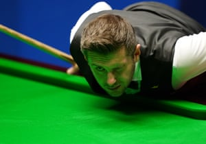 Mark Selby eyes up a shot.