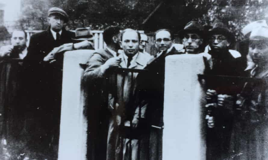 Jewish refugees queuing for transit visas at the Japanese consulate in Kaunas, July 1940.