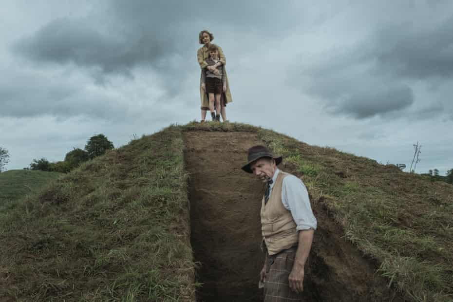 Carey Mulligan, Archie Barnes and Ralph Fiennes in The Dig.