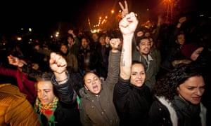 在报纸遭到亲Erdoğan暴民袭击后,土族塞人抗议者示威支持Afrika。