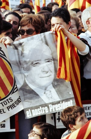 Supporters of Josep Tarradellas welcome him back from exile to Barcelona in October 1977.