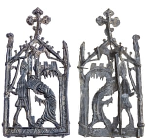 A Thomas Becket pilgrim badge, lead alloy, dating from the 14th to the 16th century. No parallels can be found in either the English or the continental Dutch books, and it appears to be an unpublished type. It probably depicts the martyrdom of Thomas Becket, the Archbishop of Canterbury, inside an architectural frame topped by a cross with trefoil terminals