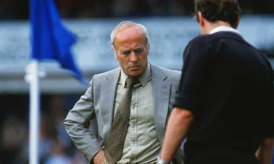 Ron Saunders preguntas al árbitro durante el partido de 1985 del Birmingham vs West Ham.