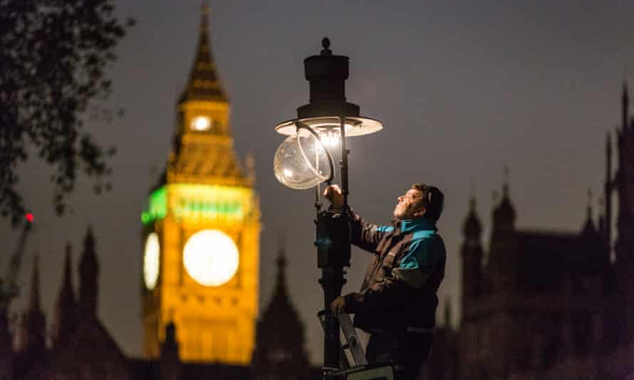 Garry Usher checks a gas lamp in Westminster.
