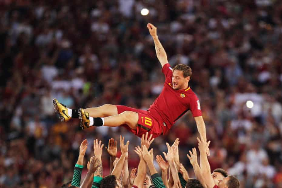 The Roma players lift Totti after his last game for the Giallorossi 2017.