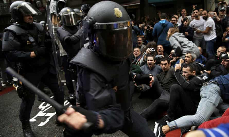Spanish police try to disperse pro-referendum supporters in Barcelona on 1 October