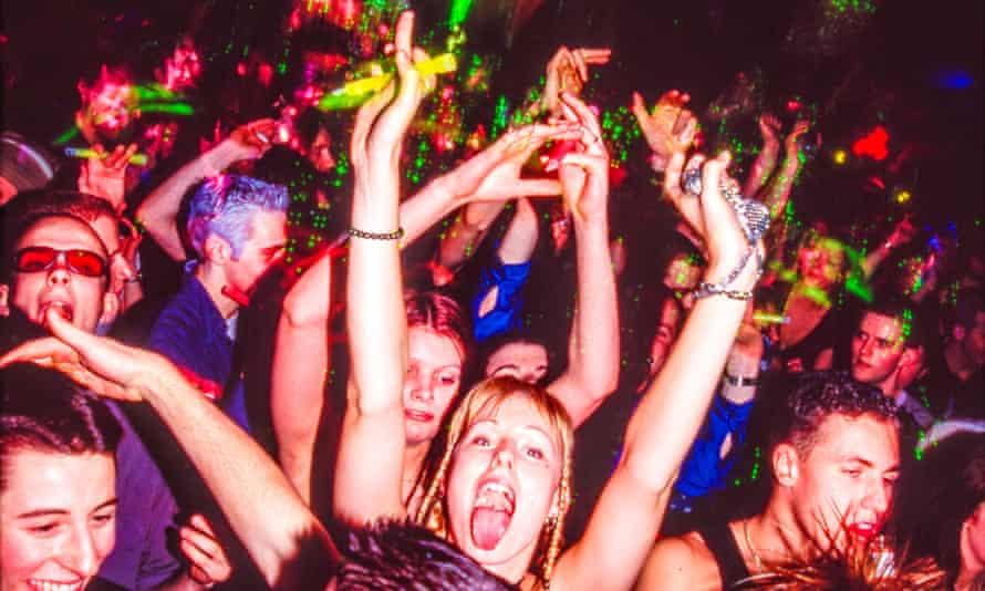 Sebuah foto dari Full On  Nonstop  Buku All Over menangkap adegan rave 90an