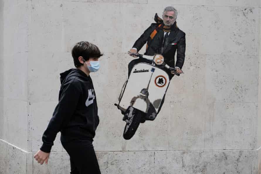 ภาพจิตรกรรมฝาผนังที่แสดงให้เห็นถึงJosé Mourinho ที่ขี่สกู๊ตเตอร์ปรากฏบนถนนในกรุงโรมซึ่งเขาหวังว่าจะสร้างชื่อเสียงให้กับ Roma อีกครั้ง