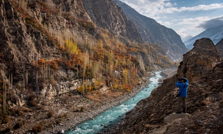 Man photographing the Hunza valley, Gilgit-Baltistan, Pakistan<br>T34JDF Man photographing the Hunza valley, Gilgit-Baltistan, Pakistan