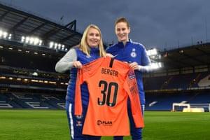 Ann-Katrin Berger alongside Chelsea manager Emma Hayes.