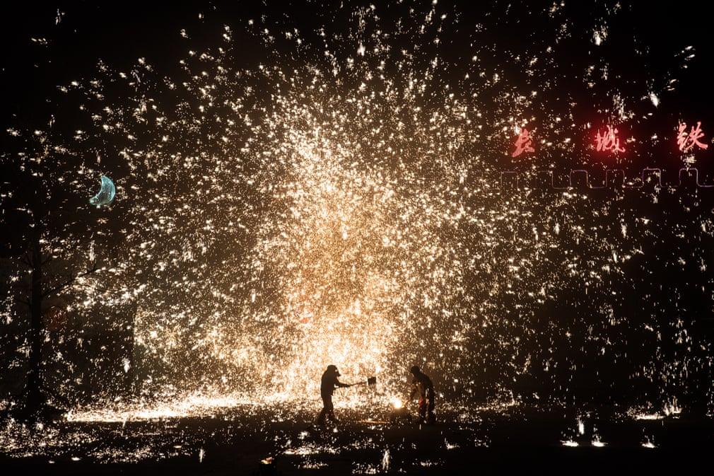 هنرنمایی چینی ها با فلزات مذاب که بصورت جرقه های آتش ایجاد می شوند در یک نمایش سالیانه در چین