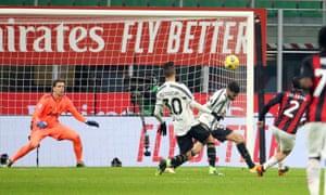 Davide Calabria de Milan (2) a fait 1-1 avec une frappe féroce dans le coin supérieur.