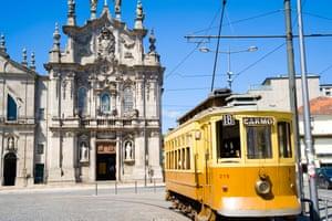 Порто хорошо известен своими трамваями и церквями. барабан, проходящий через церковь Церковь Кармо, Порту, ПортугалияBTPE5Y Трамвайная передача, Церковь Игреджа Кармо, Порту, Португалия