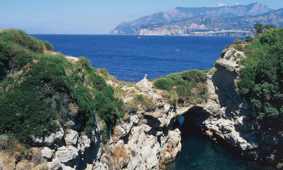 Bagni della Regina Giovanna: View of the cove with the ruins of Villa Pollione