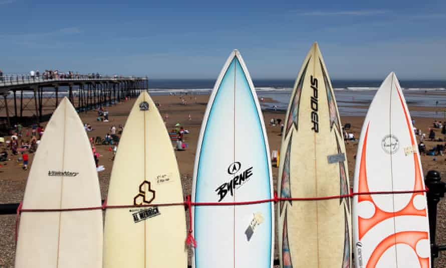 Surfboards on the promenade of Saltburn-by-the-Sea, United Kingdom.E95XYR Surfboards on the promenade of Saltburn-by-the-Sea, United Kingdom.