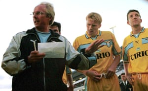 Sven-Göran Eriksson talks tactics with his Lazio players.