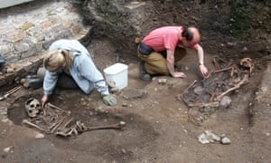 Archaeologists excavate a Roman graveyard at Driffield Terrace in York