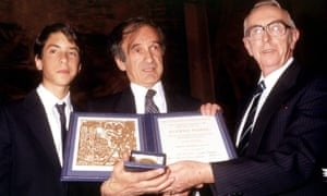 Elie Wiesel with his son Elisha and Nobel peace prize vommittee chairman Egil Aarvik at the award ceremony in Oslon, December 1986