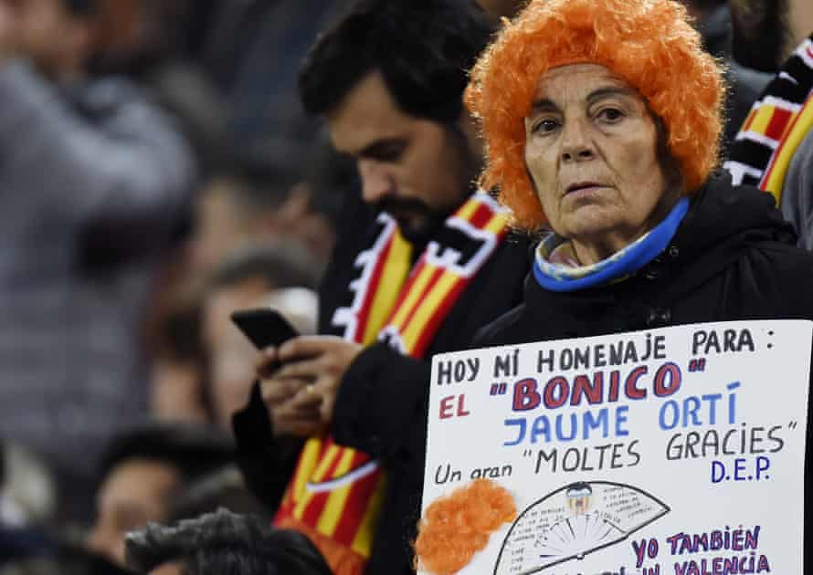 A fan pays tribute to Jaume Ortí at Mestalla.