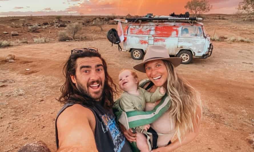 کارستان ، زوری و ماکسین با ون کمبی به استرالیا سفر می کنند.