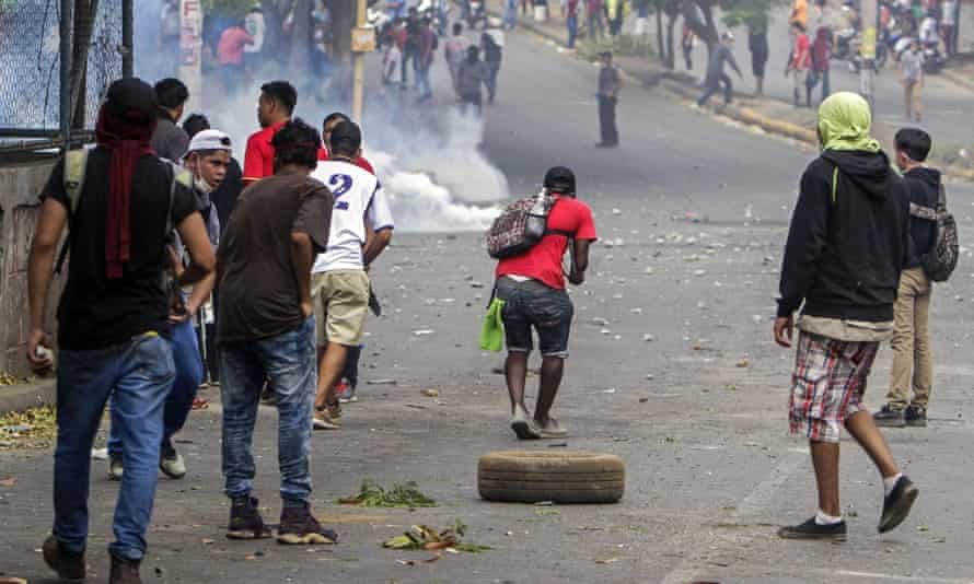 Students clash with riot police in Managua