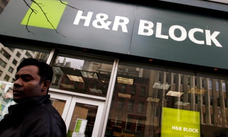 H&R BLOCK ACCUSED OF ALLEGED FRAUDepa00668569 A pedestrian is seen walking past an H&R Block store in New York Wednesday 15 March 2006. The firm, which is the largest U.S. tax preparer, has been charged in a lawsuit by New York State Attorney General Eliot Spitzer with fraudulently marketing retirement savings plans that caused thousands of clients to lose money. EPA/JUSTIN LANE