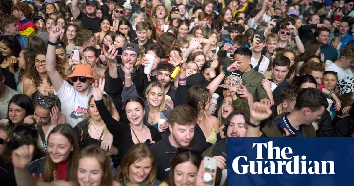 Mask-free concert in Liverpool for Covid test event draws thousands – video