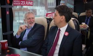 Corbyn与前领导人Ed Miliband在英国公共汽车上工作。