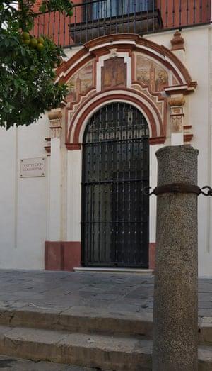 la entrada a la Institución Colombina en Sevilla, la actual sede de la biblioteca de Colón.