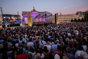 Kirill Petrenko on the big screen as he conducts the Berlin Philharmonic at the Brandenburg Gate.