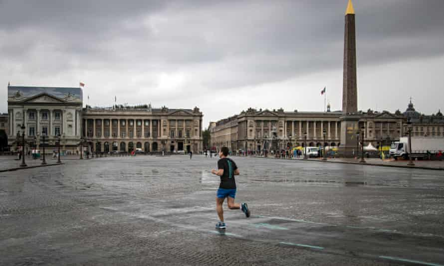 Paris No Car dayepa05555388 A man jogs across Place de La Concorde, free of its usual traffic as part of Paris' 'No Car Day', with traffic banned in sections of the city, and reduced to public transport vehicles only in other zones, in Paris, France, 25 September 2016. Paris mayor Anne Hidalgo had launched the first 'no car day' in september 2015, and plans to extend the initiative to every first Sunday of the month year-round. EPA/IAN LANGSDON