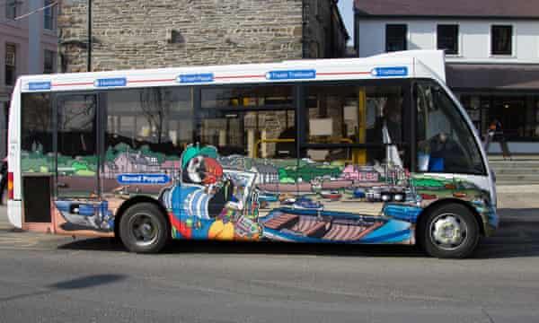 Roced Poppit - Poppit Rocket coastal bus service helps visitors on the Pembrokeshire coast path.