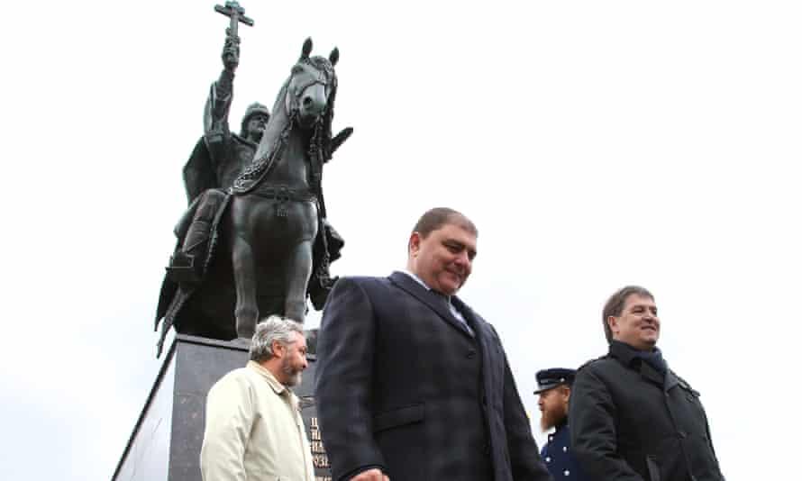 Oryol governor Vadim Potomsky (centre)