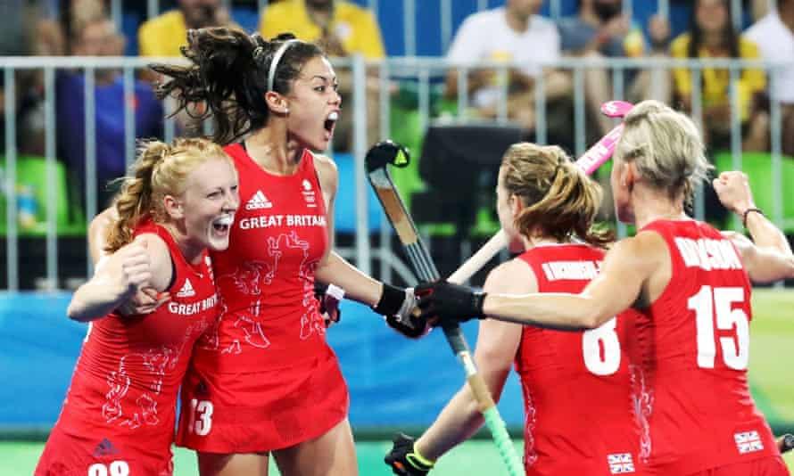Tim hoki wanita Tim GB merayakan gol dalam perjalanan mereka untuk memenangkan emas di Rio