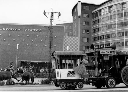 Billy Smart's Circus, loading elephants into Television Centre