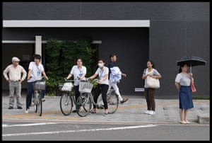 Onlookers in Kyoto, Japan during Theresa Mayt hree day visit
