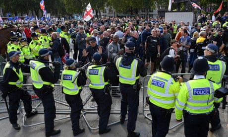 Pro-Brexit supporters clash with police at London's Parliament Square - video