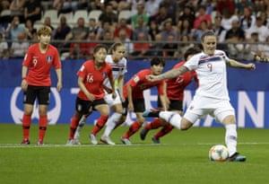 Isabell Herlovsen slots home the penalty.