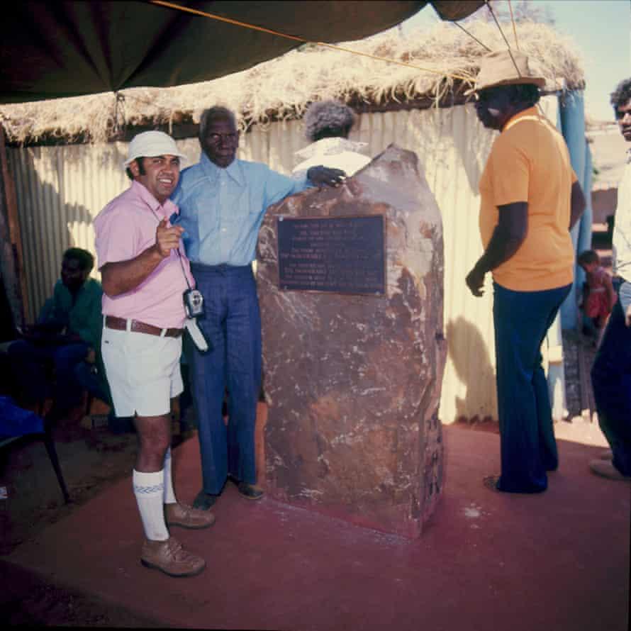 Mervyn Bishop with Vincent Lingiari beside an obelisk.