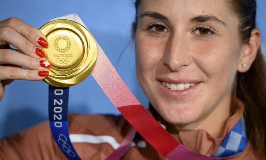 Belinda Bencic celebrates with her gold medal