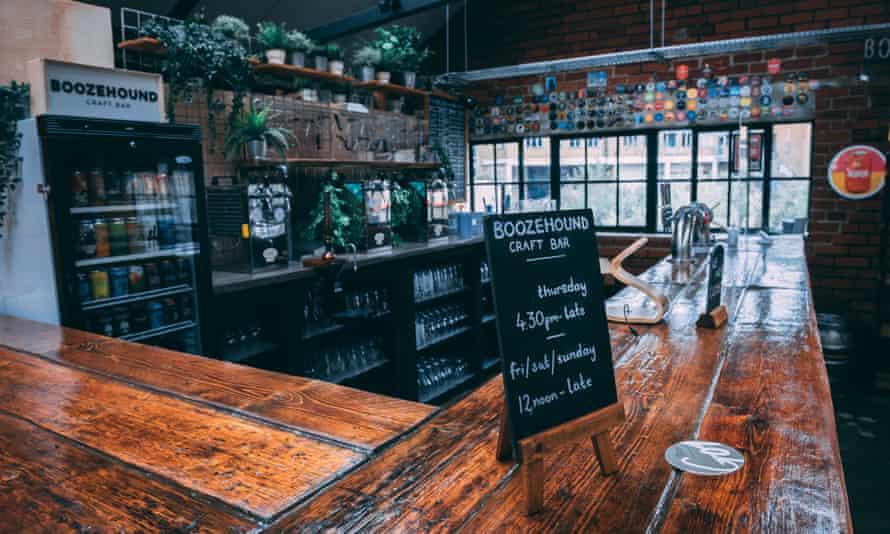 La barra de cerveza Boozehound está hecha a mano en Sheffield's Cutlery Works, un patio de comidas ubicado en una antigua fundición de cubiertos.