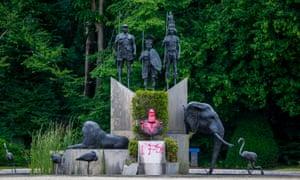 Une statue de l'ancien roi belge Léopold II, aspergée de peinture, au parc du musée de l'Afrique, à Tervuren, Belgique, 10 juin 2020.