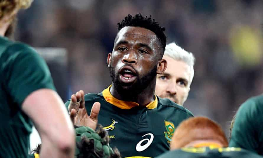 Siya Kolisi talks with his team during South Africa's win in New Zealand last year.