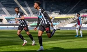 Newcastle United's Joe Willock (centre) celebrates after scoring their third goal.