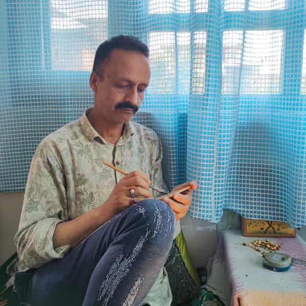 Maqbool Jan working on his papier-mache