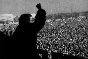 Václav Havel se adresează unei mulțimi din Praga în 1989.