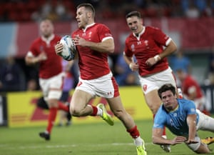 Wales' Gareth Davies runs in to score his team's final try.